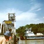 Kapalı Köprünün Altında Geçen Gemi